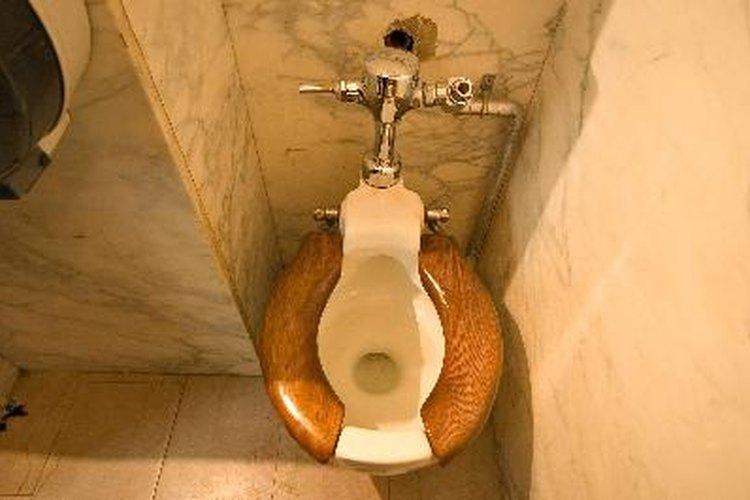 Deja espacio suficiente entre el inodoro y las paredes.