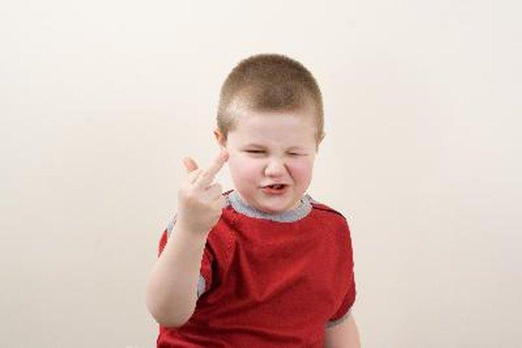 Los niños pueden copiar a sus compañeros o actuar para llamar la atención de los adultos.