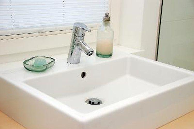 Sácale brillo a tu lavabo de porcelana con un baño de vinagre.