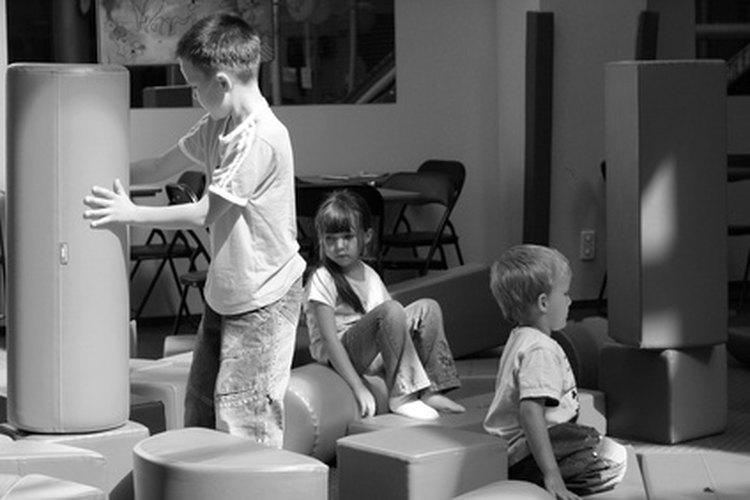 Configura una habitación como una zona de guardería o cuidado de niños.