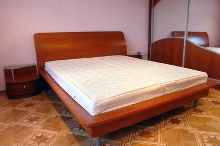Dos colchones individuales encajan muy bien en el marco de la cama king-size.