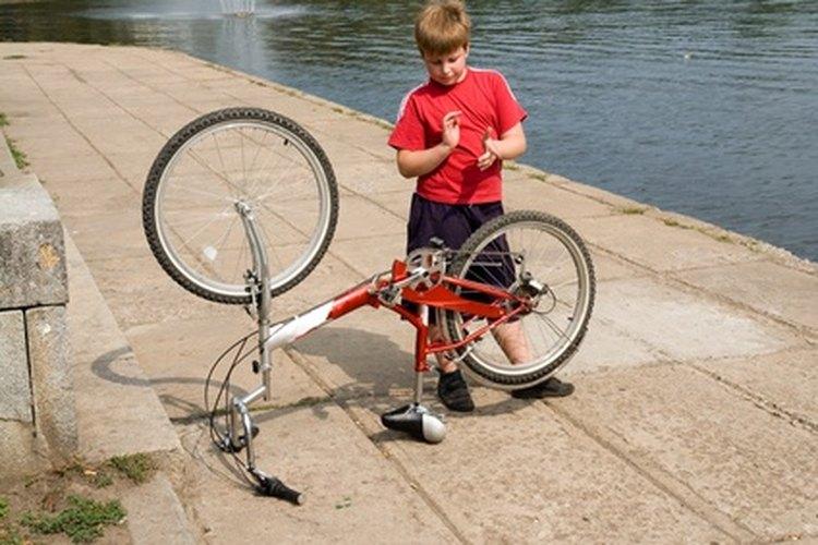 Los dedos curiosos untan grasa en la ropa de ciclismo.