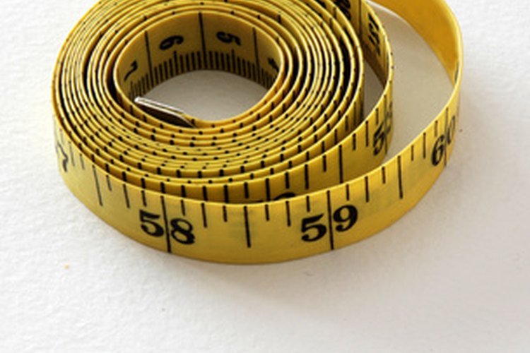 Usa una cinta flexible para medir para tomar las medidas de tu cintura.