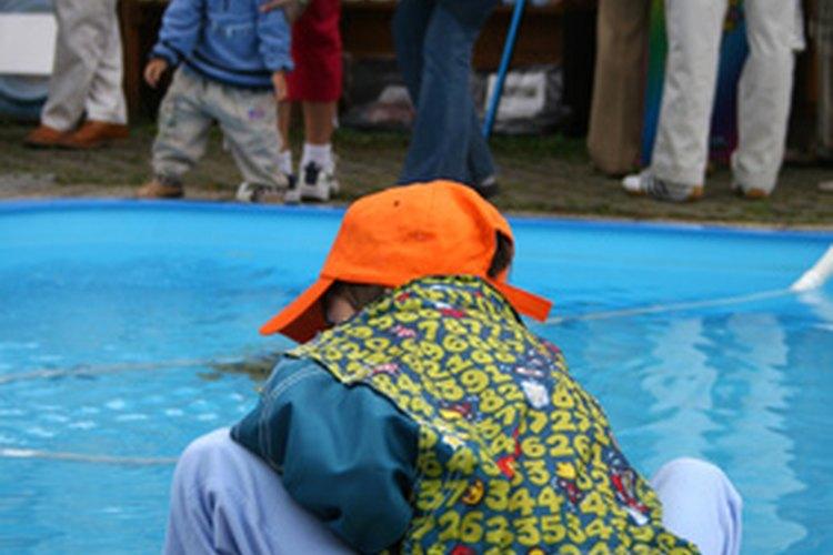 Los que tienen una piscina advierten que el cloro líquido que compraron tiene un olor y un color que les resulta familiar.