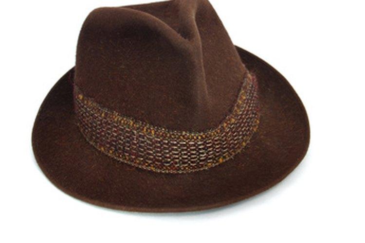 El sombrero fedora es favorecedor para la mayoría de formas faciales.
