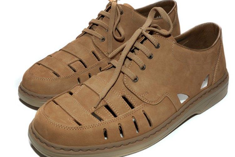 Zapatos cafés claro.