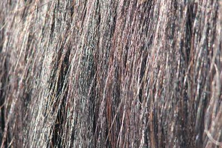 Usa remedios naturales para quitar el color del tinte del cabello.