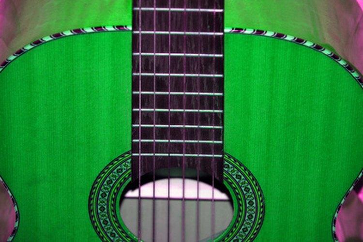 Pintar tu guitarra acústica le añade individualidad.