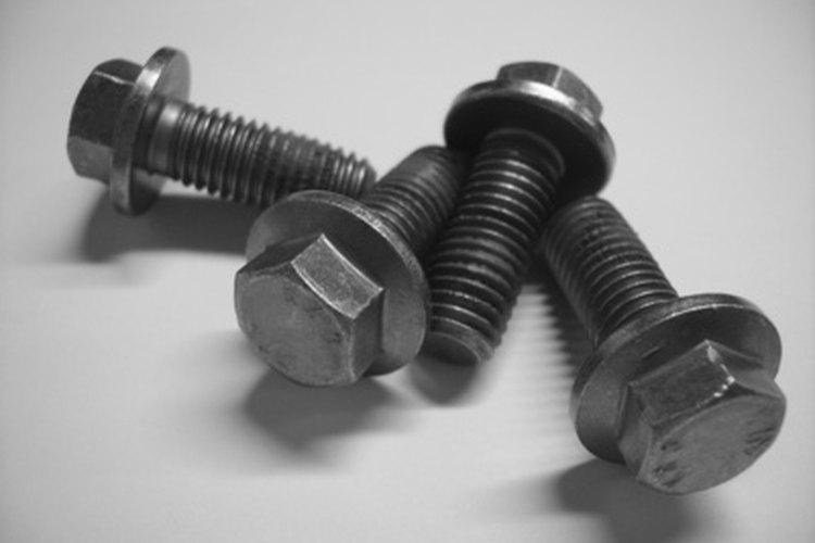 Los tornillos pasadores de acero pelan las roscas en el aluminio.