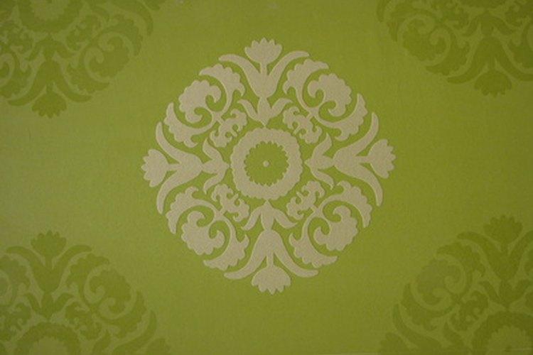 Existen varios métodos para quitar el pegamento del papel tapiz.