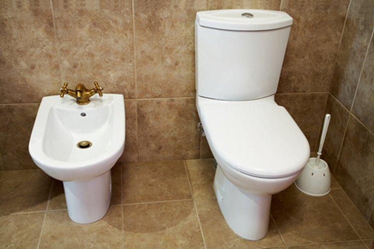 Mantén el aspecto limpio de tu cuarto de baño eliminando las manchas del inodoro.