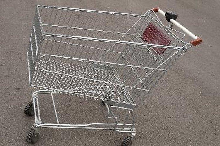 Llevar tus compras del carrito al baúl del auto sin utilizar bolsas de plástico, es una manera efectiva de evitar su uso.
