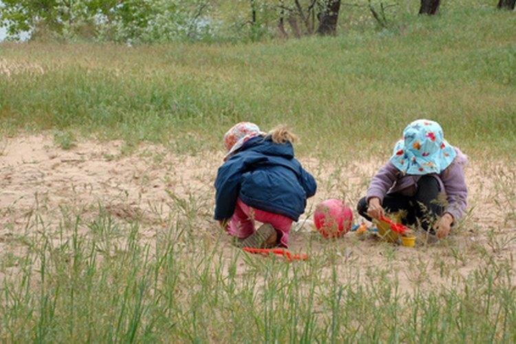 El juego cooperativo puede ayudar a los preescolares a aprender a trabajar en equipo.