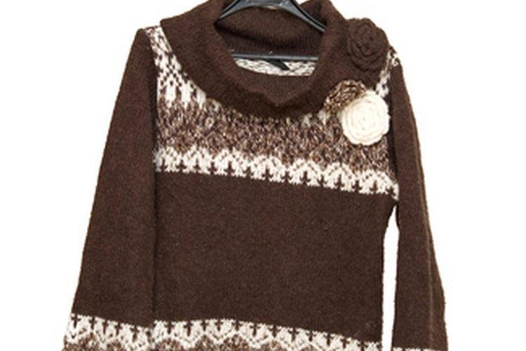 Puedes encoger suéteres grandes para crear una apariencia más ajustada y al cuerpo.