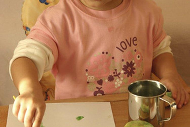 El sitio web Kinderart sugiere simplemente pintar y dibujar, moldear con plastilina.