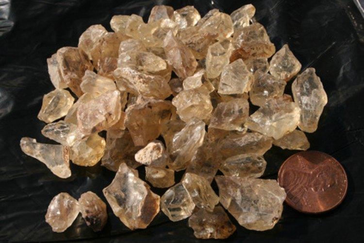 Recopila muestras de minerales.