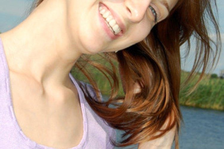 Las señales románticas femeninas incluyen el sacudir sus cabellos.