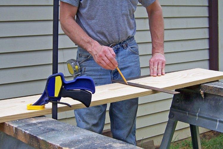 Usa una escuadra de carpintero para comprobar los bordes de fábrica de la madera.