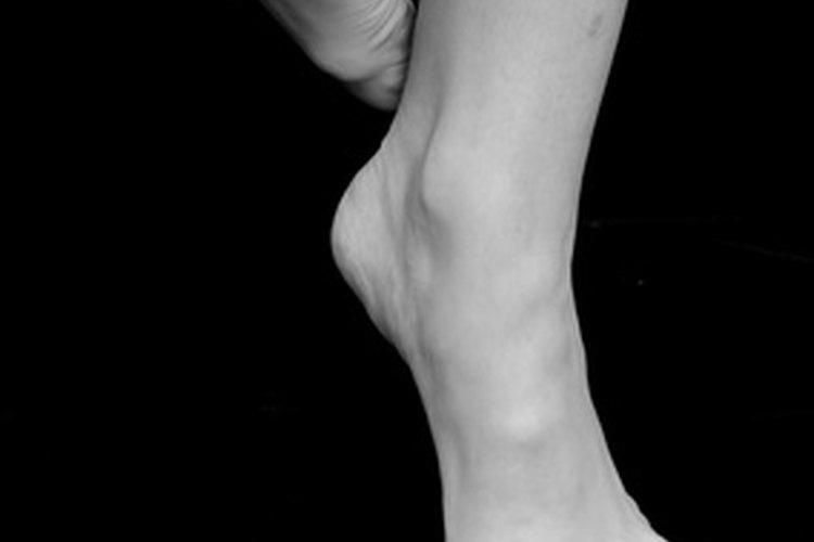 Un pie levantado en preparación para el petit battement.