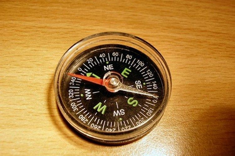 El campo magnético de la Tierra es lo que hace que funcione una brújula.