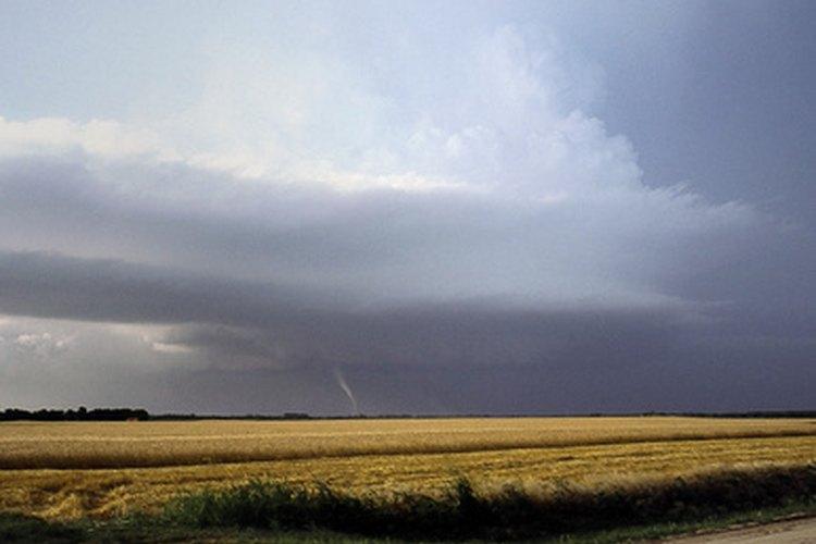 Haz planes con tu familia para prepararse para los tornados.