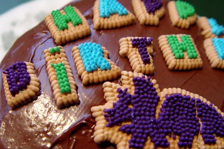 Sé creativo con el pastel de cumpleaños de tu hijo.