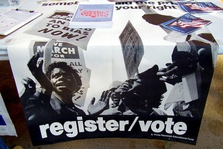 Los observadores electorales inspeccionan los materiales de votación para asegurarse de que son correctos.