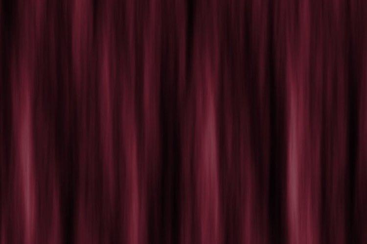 Una cortina viajera abre horizontalmente y es común en los teatros que tienen espacio suficiente para ella.
