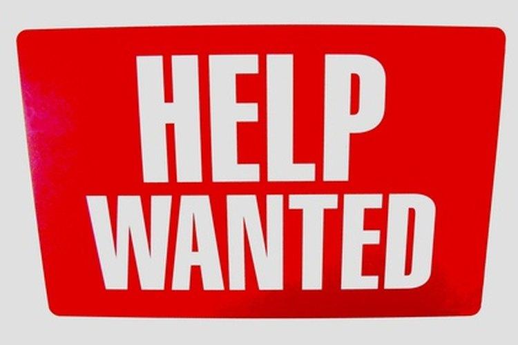 Busca las oportunidades de empleo de KFC en línea o pide una solicitud en persona dentro del restaurante.