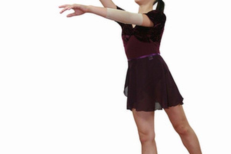 Una bailarina realizando un ballet hacia la espalda.
