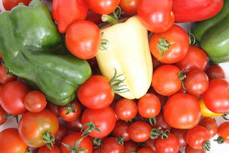 Los niños pueden disfrutar de cultivar verduras para beneficiar un centro de distribución de alimentos gratuito.