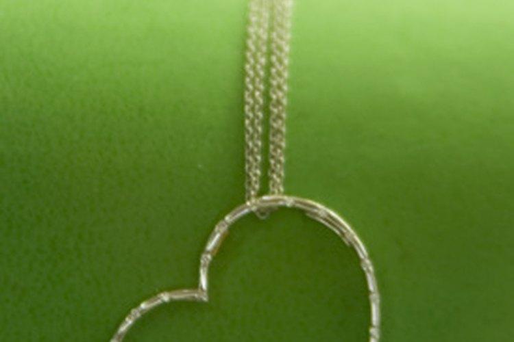 Haz un exhibidor de collares que sea adecuado para tu espacio pequeño.