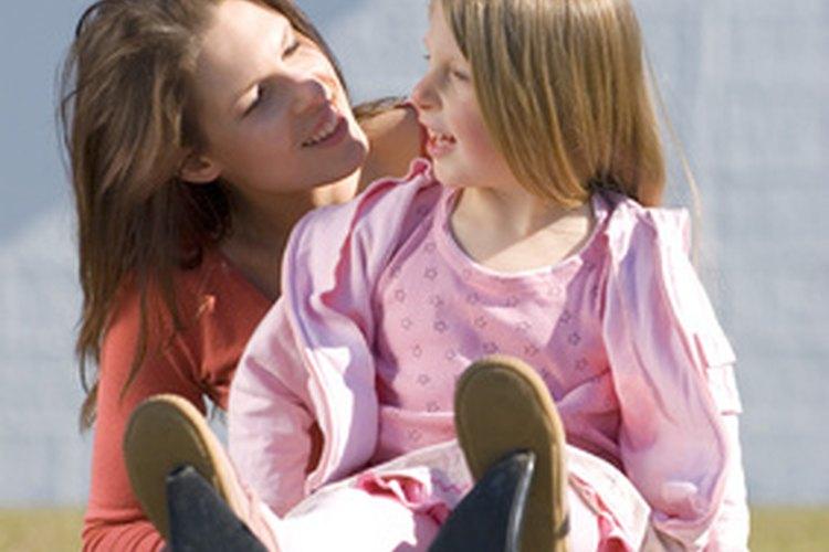 Enseña a tu hijo a acurrucarse y a hablar, no a pisar y a gritar.