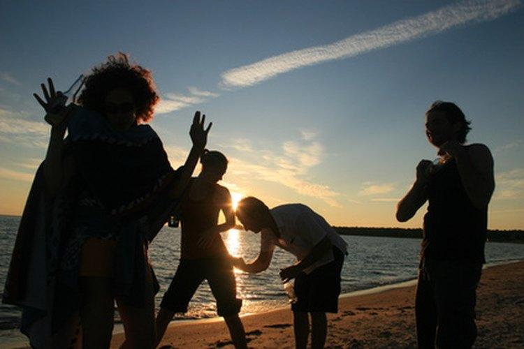 Dele a tu personal de oficina una experiencia genial organizando una fiesta temática isleña en una playa real.