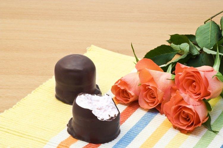 Las flores y chocolates son un regalo romántico tradicional.