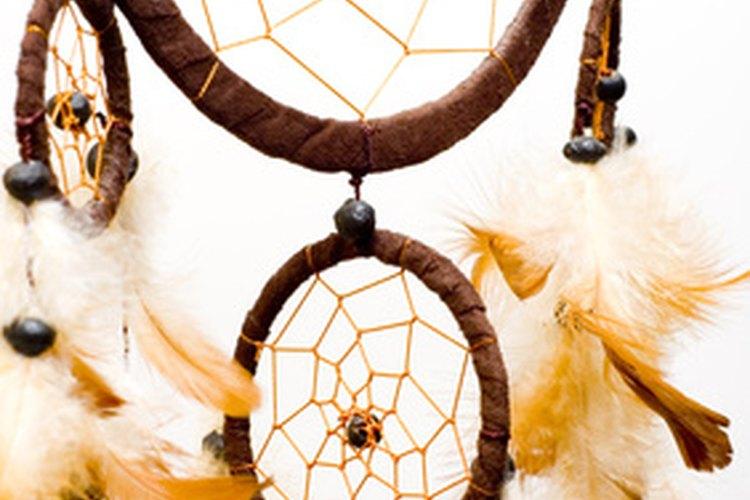 Las plumas en un atrapasueños representan al elemento aire.