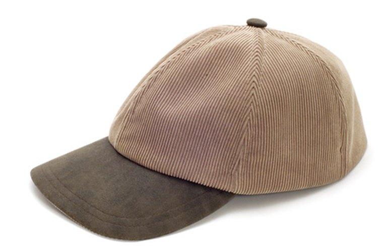 Eliminar las arrugas de una gorra de béisbol es un proceso fácil.