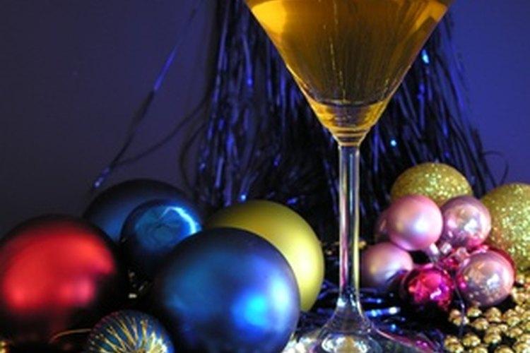 Sirve bebidas con mezcla de vino a tus invitados en una celebración de días festivos.