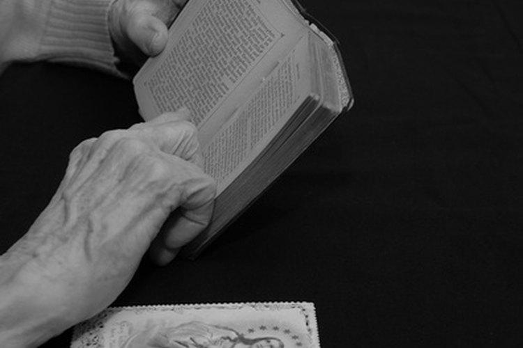 Las personas mayores de edad disfrutan reunirse para estudiar la Biblia y realizar otras actividades cristianas.
