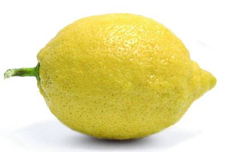 Los limoneros son un agregado vibrante para cualquier patio y son relativamente fáciles de mantener.