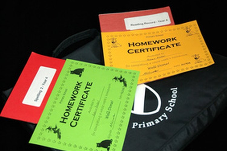 Revisar las tareas de tu hijo es una forma en que puede mejorar sus posibilidades de éxito en la escuela.
