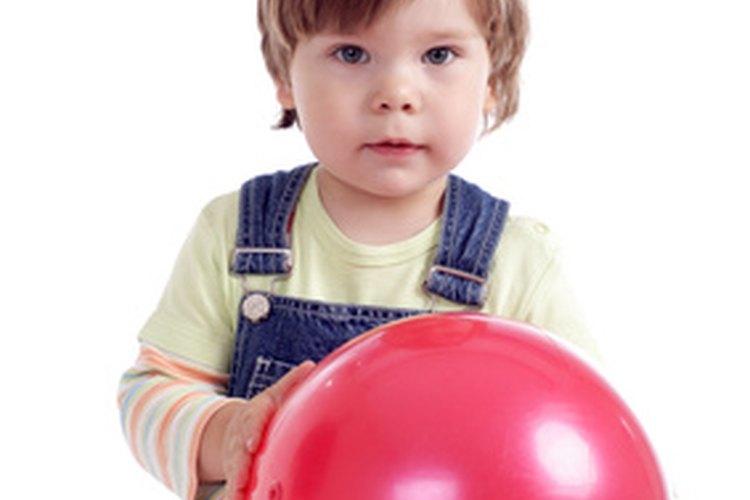 Utiliza una pelota ligera de goma para juegos en el patio.