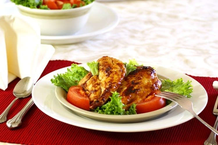 Los muslos de pollo asados a la parilla son una comida económica.
