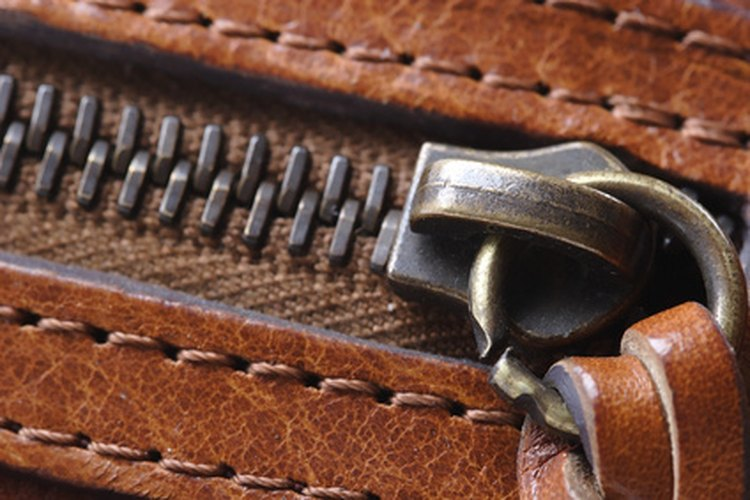 Saber cómo reparar la cremallera rota de tus botas puede dejarlas como nuevas.