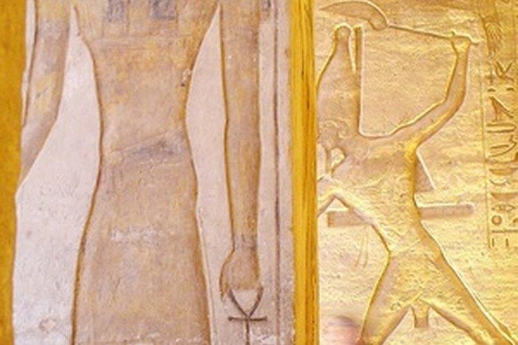 Moisés fue adoptado por la hija del faraón y lo crió en el palacio egipcio.
