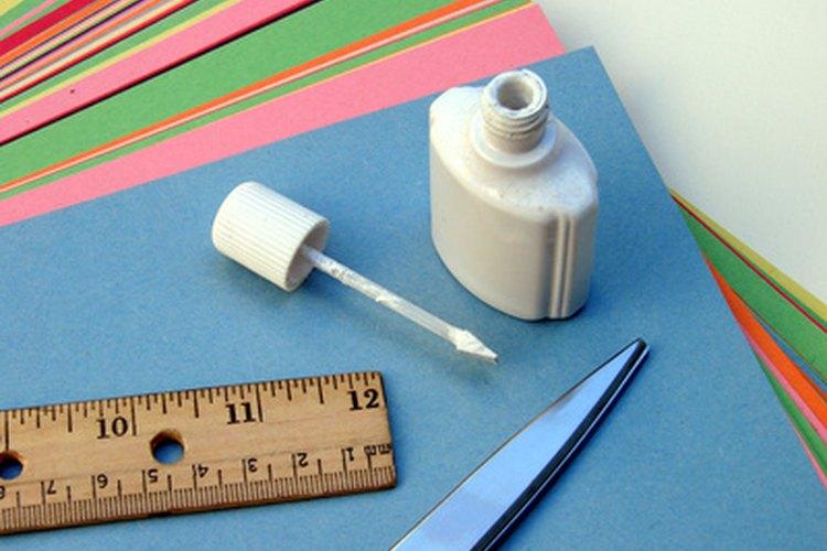 Sólo necesitas unos pocos suministros básicos para hacer estas artesanías para los niños.