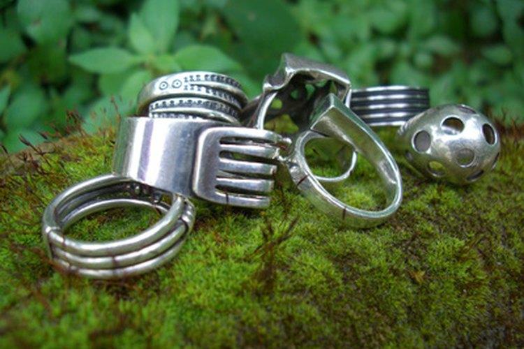 Compara los anillos de metal de color gris.