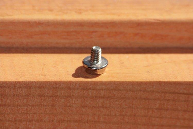 Los tornillos de cabeza cuadrada son utilizados para fijar el metal a la madera.