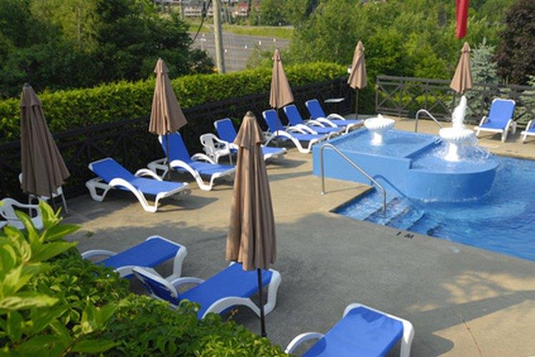 La lejía puede ser una solución rentable para el mantenimiento de los niveles de cloro en una piscina.