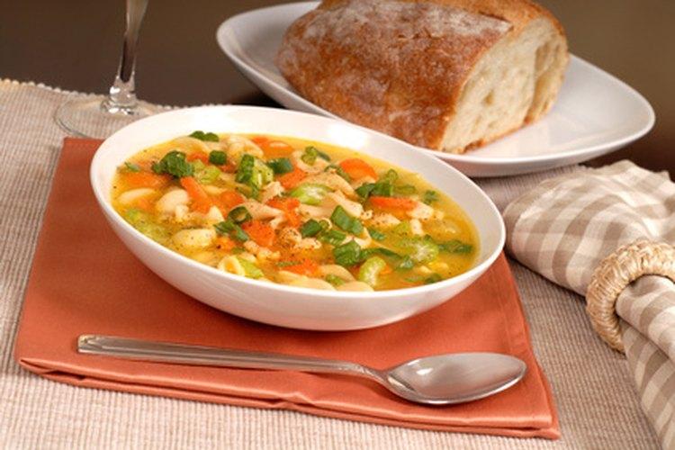 Pollo asado y algunos ingredientes son la base para una maravillosa sopa de pollo.